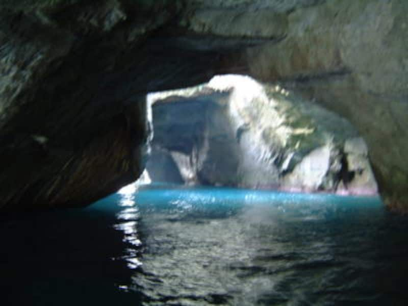 洞窟めぐり遊覧船から眺める天窓洞