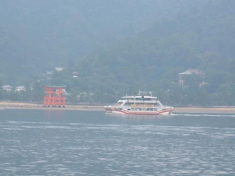 JR西日本宮島フェリーと厳島神社の大鳥居