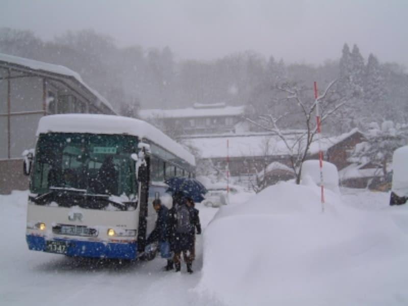 冬季運休となった奥入瀬渓流、十和田湖へ向かうJRバス