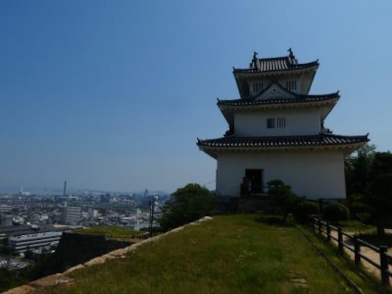 丸亀城と瀬戸大橋