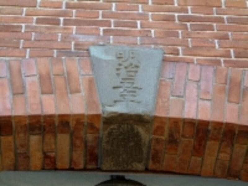 富岡製糸場(2)/東繭倉庫のアーチにある「明治五年」の文字
