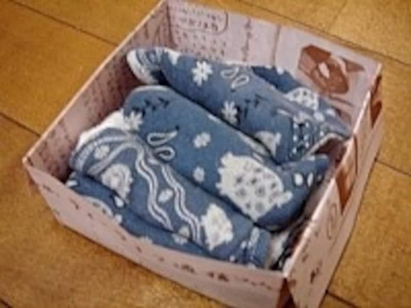 広告チラシで作ったゴミ箱は、着古した服などを切ってボロ布として使うと便利です