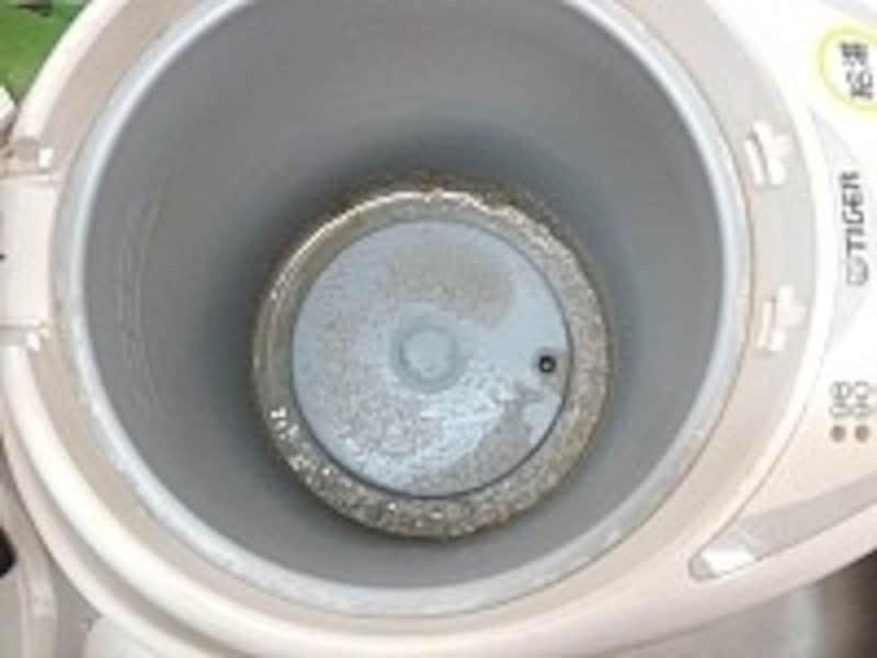 電気ポットの底。水アカ汚れが気になるところ