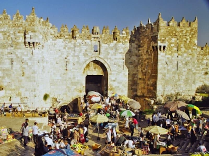 ダマスカス門の前には露店が立ち並ぶ