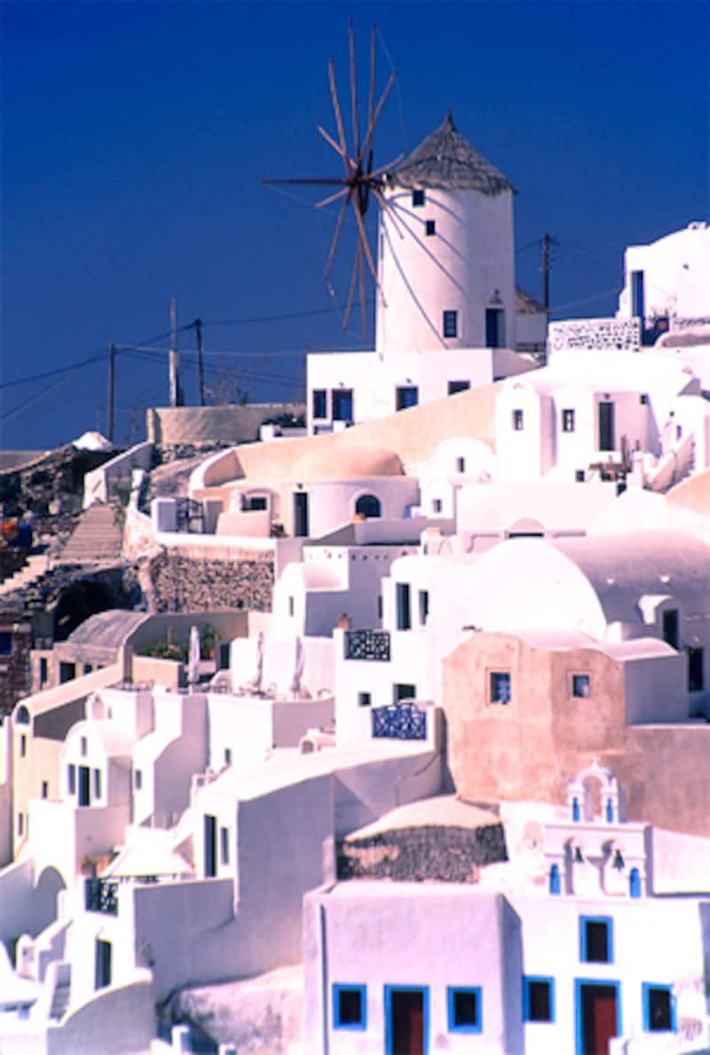 サントリーニの風車と街並み