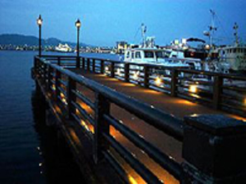 ライトアップされた旧桟橋