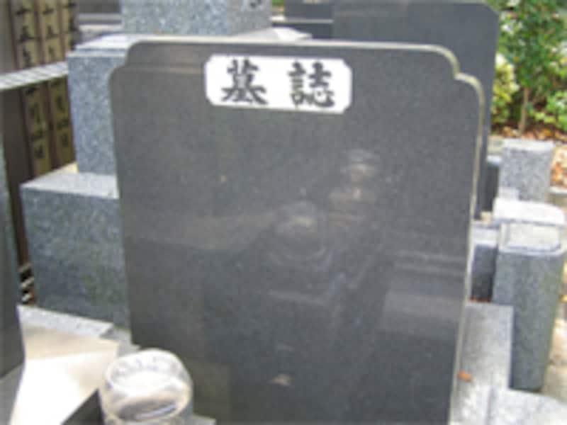 お墓には戒名を刻みます。生前に授かった場合は、墓石の戒名が朱色になります