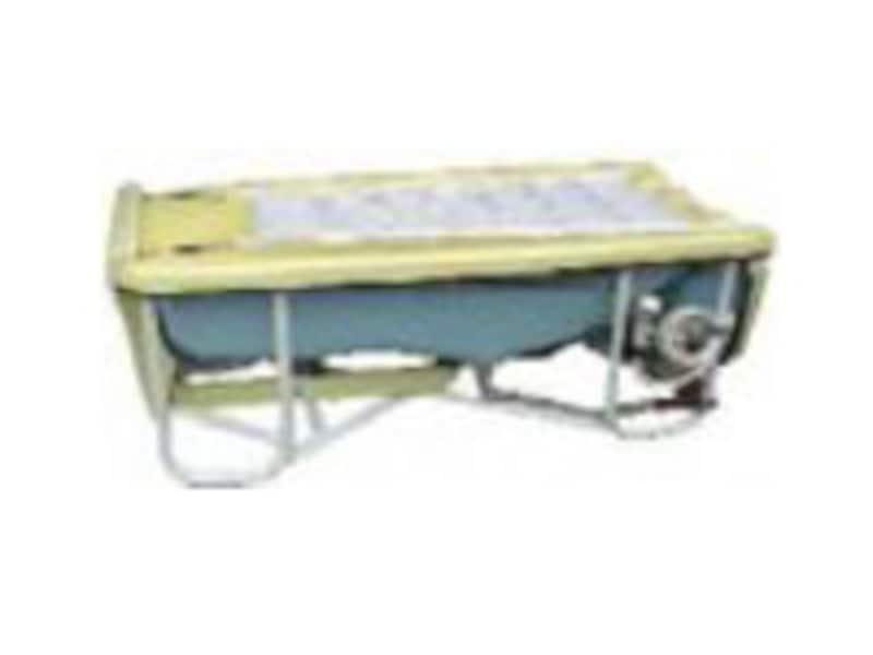 介護用に開発された浴槽を使用します。排水などは車両へ流します