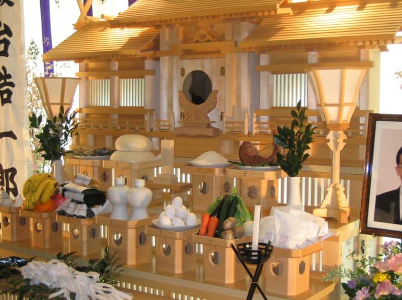 日本人に馴染みのある神道ですが、神葬祭となるとお墓の問題、先祖供養の問題等があって普及しにくいのが現実です。