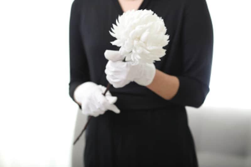 「何事も正式がいい」とばかりに、遺族より格式の高い礼服を着用するのは×。洋装の場合は肌の露出を控えめにしましょう。