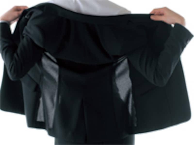 背中の部分だけ裏地がついていないタイプ。これなら不快感を軽減できるはず