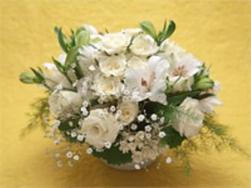 最近は洋花の供花も増えてきました。祭壇の統一感を出すためにも、施行する葬儀社を通じて注文したほうが無難です。