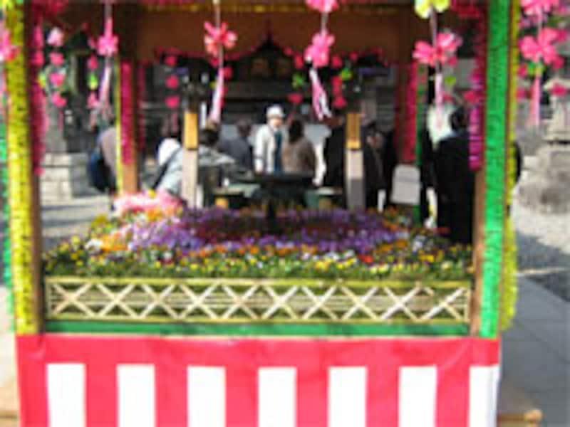 たくさんの花で飾られた小さなお堂「花御堂(はなみどう)」。はなまつりのときだけ飾られます。