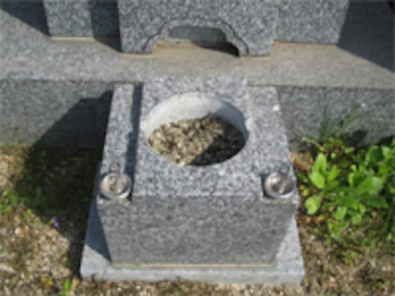 建墓にはお金がかかります。少しずつできるところから建てるのもひとつの方法です。石材店に相談してみましょう。