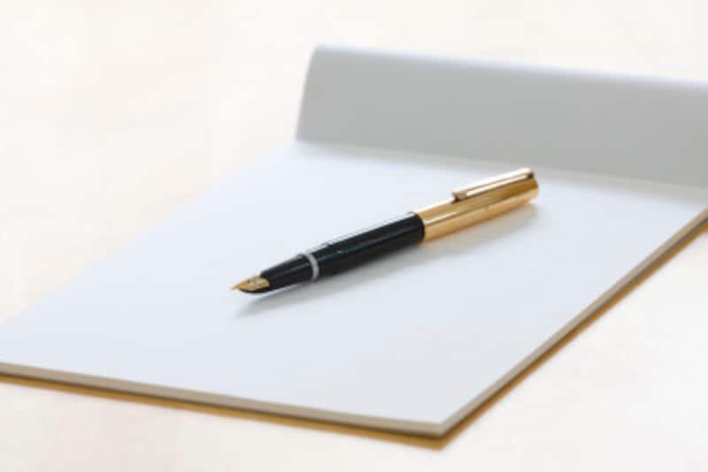 基本的には白い紙に書くことが一般的ですが、故人への思いを表現するひとつの手段として、その人らしい便せんや用紙を選んで使用する人もいます。