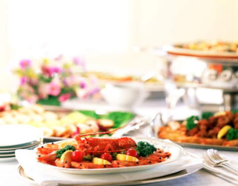 ブッフェスタイルの料理は取りすぎてしまうこともあるので、食べすぎに注意