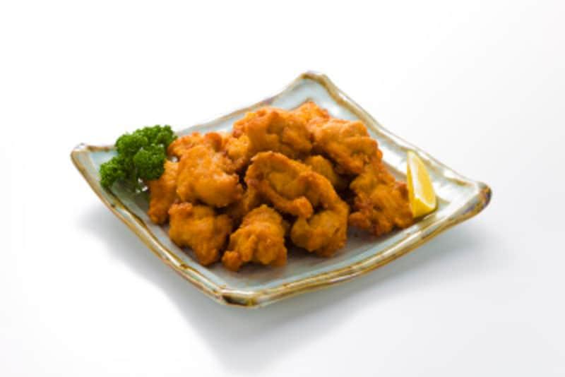 鶏もも肉のように脂が多い素材は、素材の脂質と揚げ油が置き換えされ実際に油は吸わないので、カロリーが増えないという現象が起きます。その代わり、揚げ油に鶏の脂が溶けるので、油が汚れます。