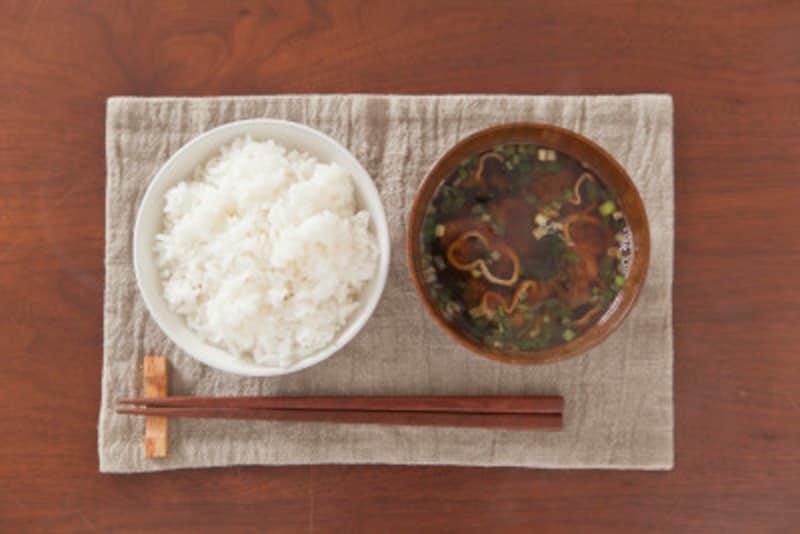 普段使っているお茶碗に盛り付けたご飯の量とカロリーを把握しておくと便利!