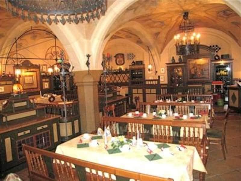 ラーツケラーは地下のレストラン。隠れ家的な居心地良さがあります