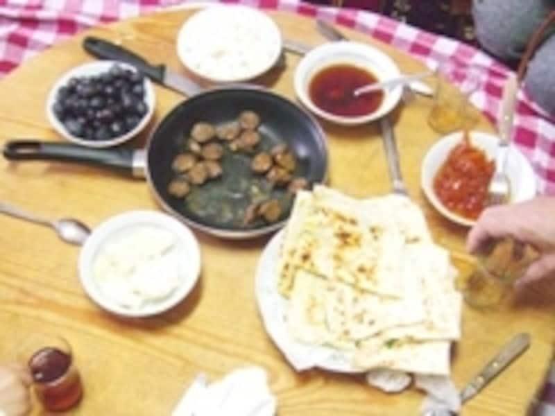 中央アナトリアの典型的食卓(スジュック、ギョズレメ、オリーブ、チャイ等)