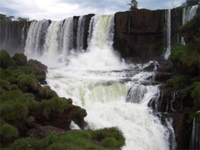 イグアスの滝本来の迫力は、雨期の夏に行けば実感できるはず