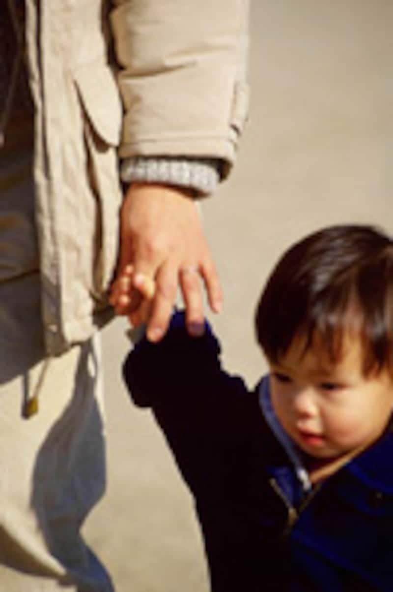 親と手をつなぐ日本の子供
