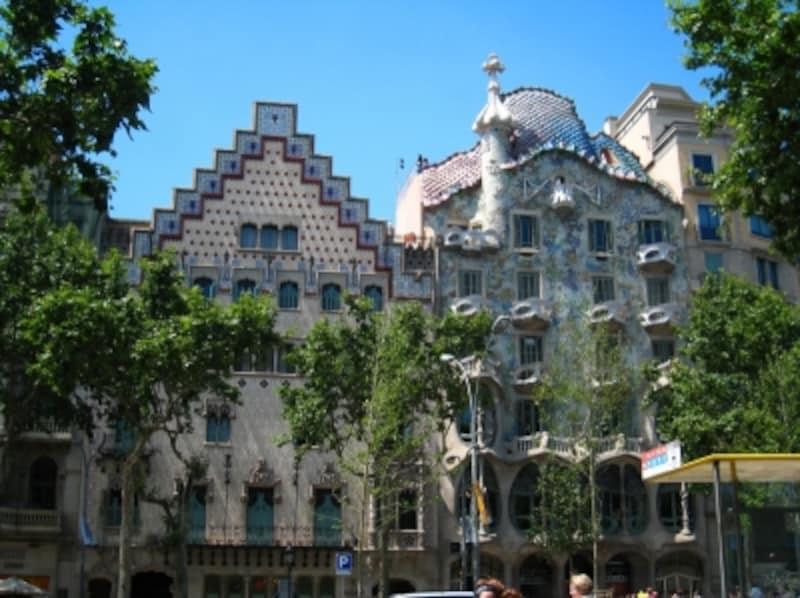 隣のカサ・アマトリェーも目立つ建築物