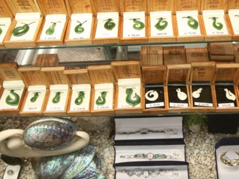 種類も豊富で美しいヒスイやパウア貝、ボーンカービングのアクセサリー