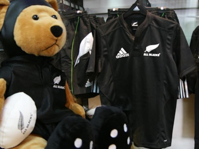 ニュージーランド代表のラグビーチーム・オールブラックス関連商品にはユニフォームの他にもこんなかわいいテディーベアも