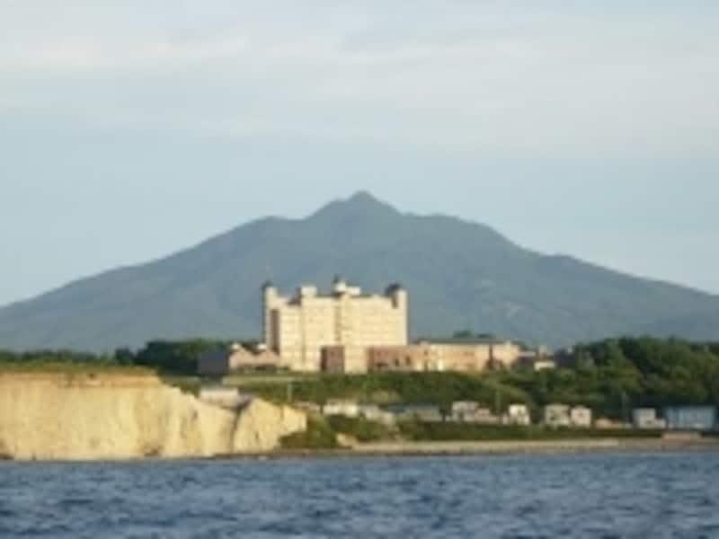 小高い丘に建つ「ホテルグランメール山海荘」。ここから望む日本海は絶景です