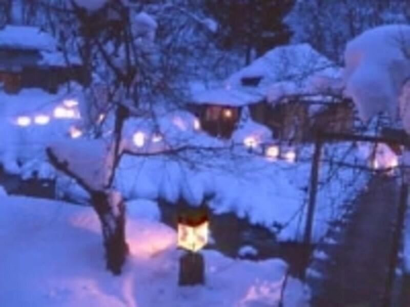 冬の夜は、雪とランプの幻想の世界を体感できる