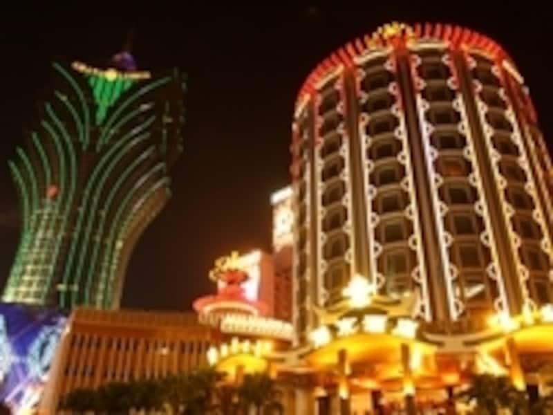 煌くカジノのネオンもマカオを代表する風景の1つ(c)MiyukiKume