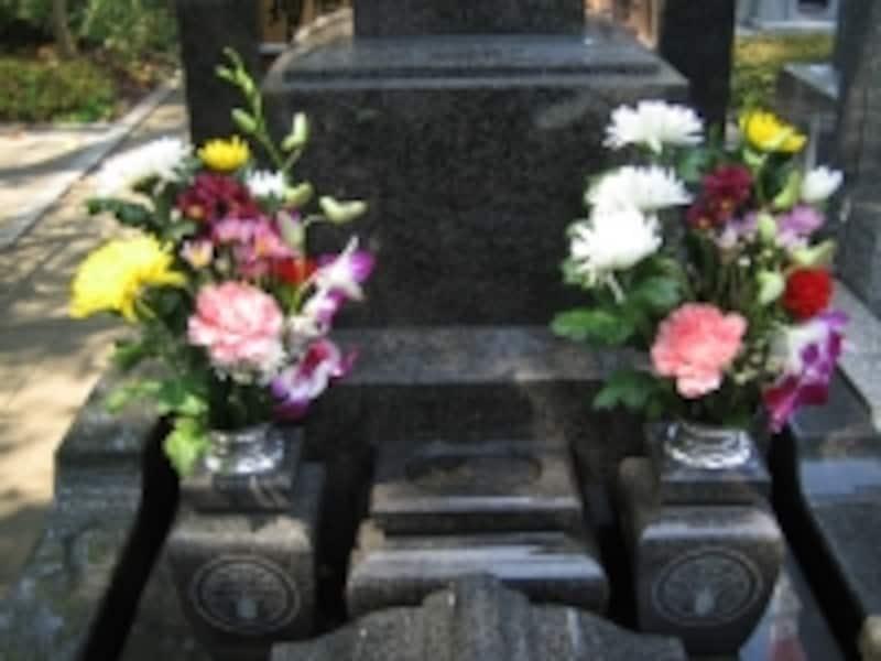 墓石の色はグレーだけでなく、ピンク、赤、黒なども増えてきました