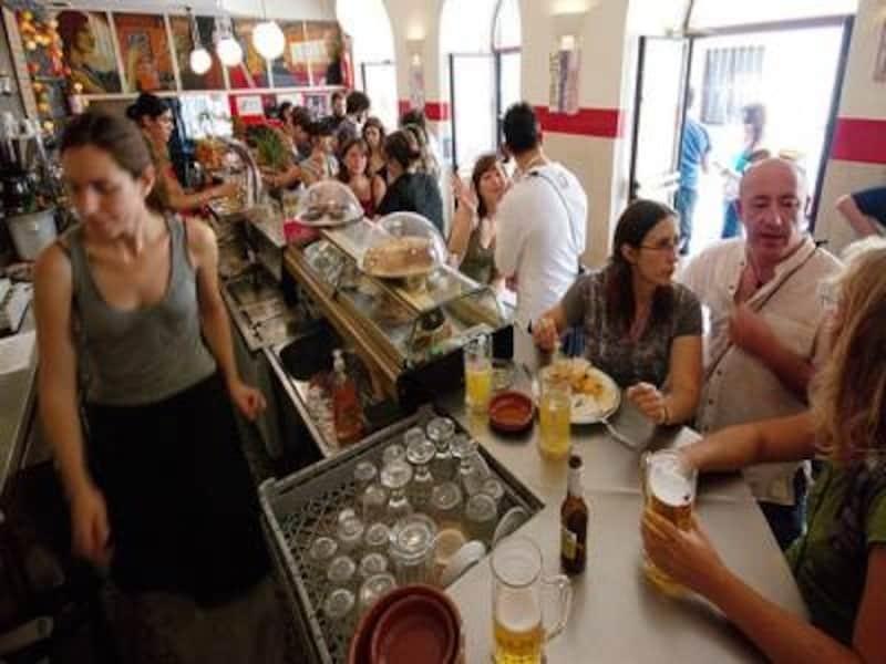 見知らぬ人との出会いもある、スペインのバルは社交の場。