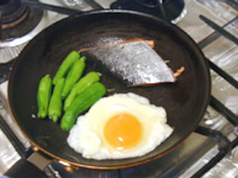卵・鮭・ししとうをフライパンで同時調理!
