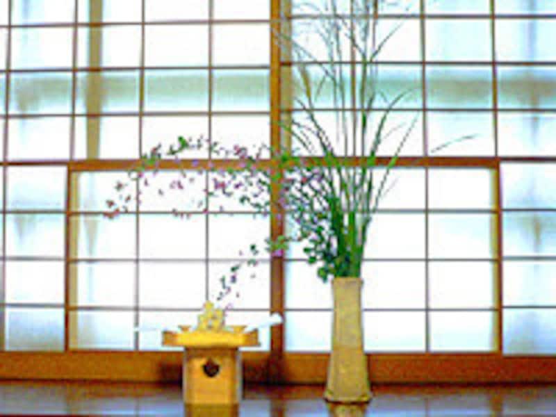 すすきや秋の七草(画像は萩の花)、お団子を、窓辺からお月様へお供え。一緒に里芋や栗をはじめとする旬の収穫物を盛ったものを飾ればお月見のしつらいのできあがりです。