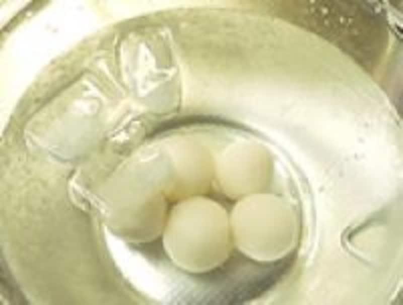 白玉団子は茹で上がったらすぐ氷水でキュッとシメるとよいです