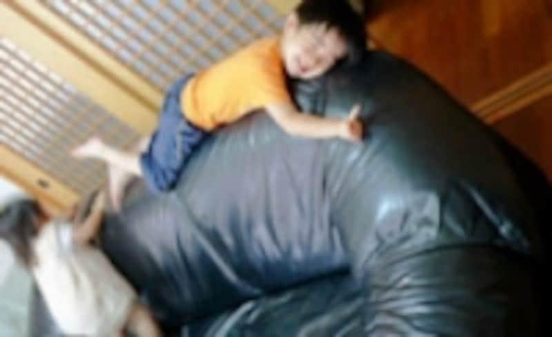 普段は子どもたちのすべり台と化している、我が家の革のソファ。ツルツルのようでいて、よく見ると表面は乾燥してカピカピのゴワゴワでした……