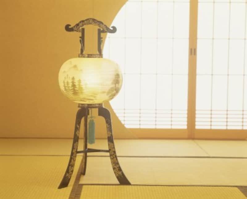 【新盆・初盆を迎える側のマナー】 最近は絵柄のついた提灯を始めから用意する場合も多い。