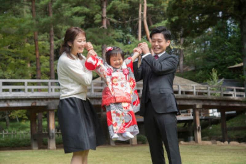 七五三の母親の服装は、スーツであれば入学式のようなイメージで、着物は訪問着や色無地などを。父親は普段着慣れたビジネススーツを。