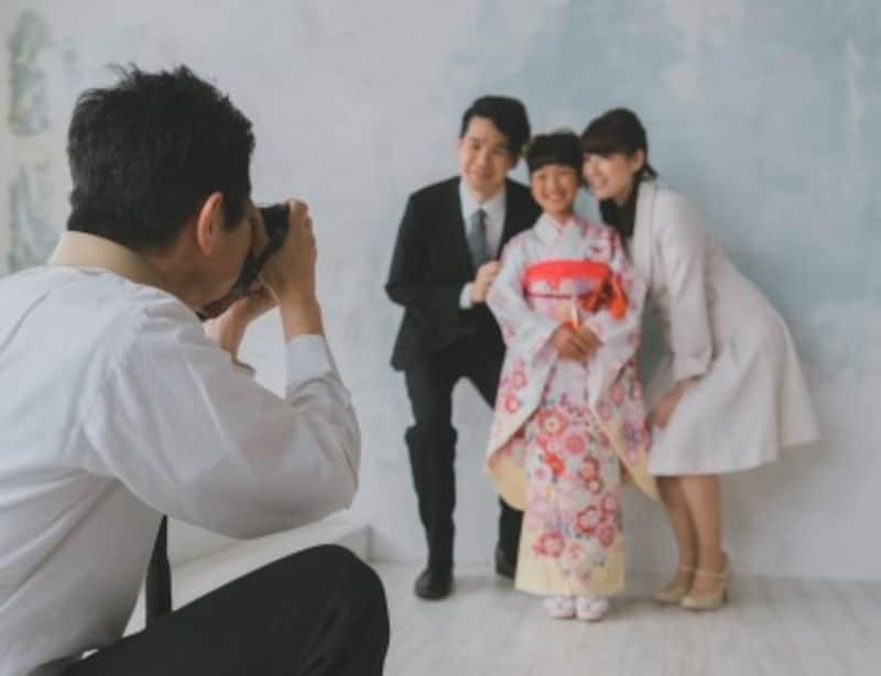 七五三のお祝いは、家族で写真撮影、神社で参拝、そして家族で食事するスタイルが一般的