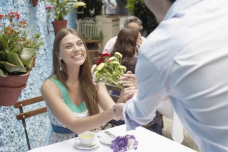 海外では日本のように男性に花束を贈る習慣はありません。