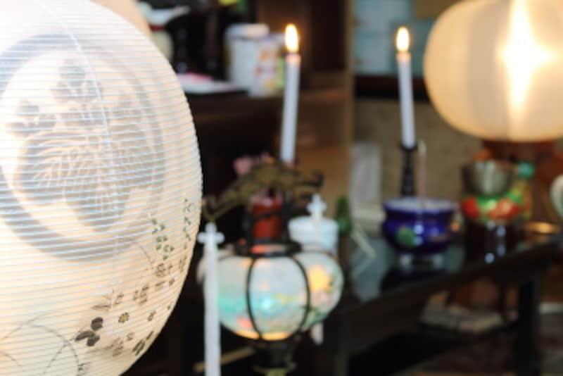 提灯の明かりを目印に故人の霊が帰ってきます。そしてその華やかな明るさで、慰めてあげる意味もあります