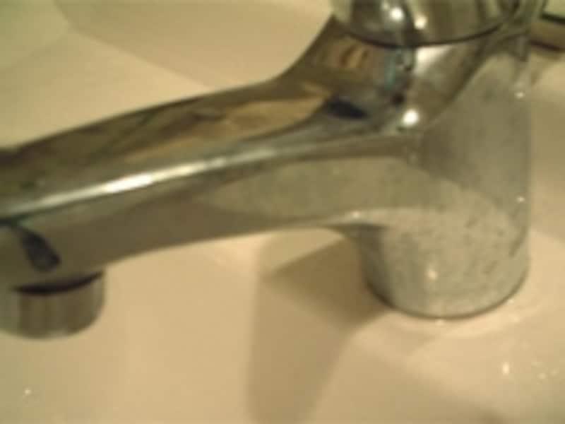 こまめに掃除しても艶は戻ってこない蛇口の水汚れ……。