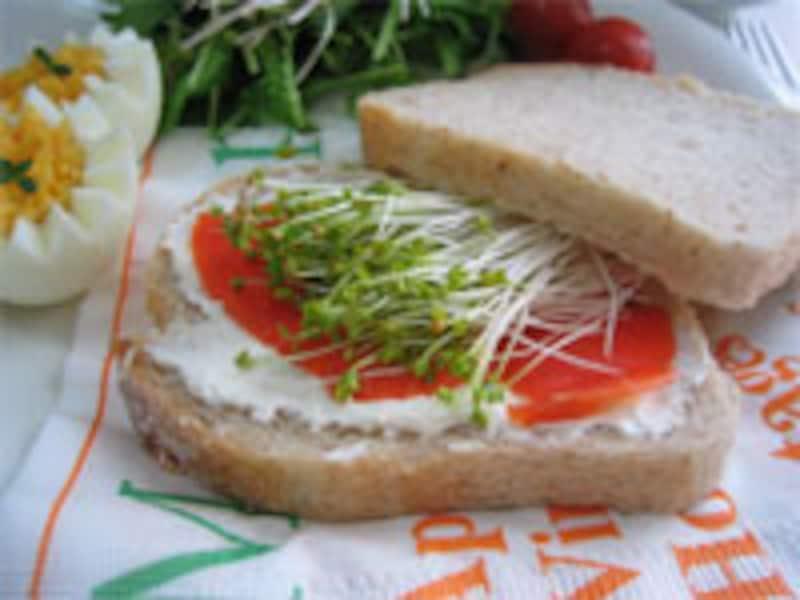 サーモンとマスタードスプラウトのサンドウィッチ