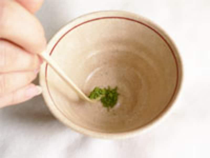 お湯を茶碗に入れる