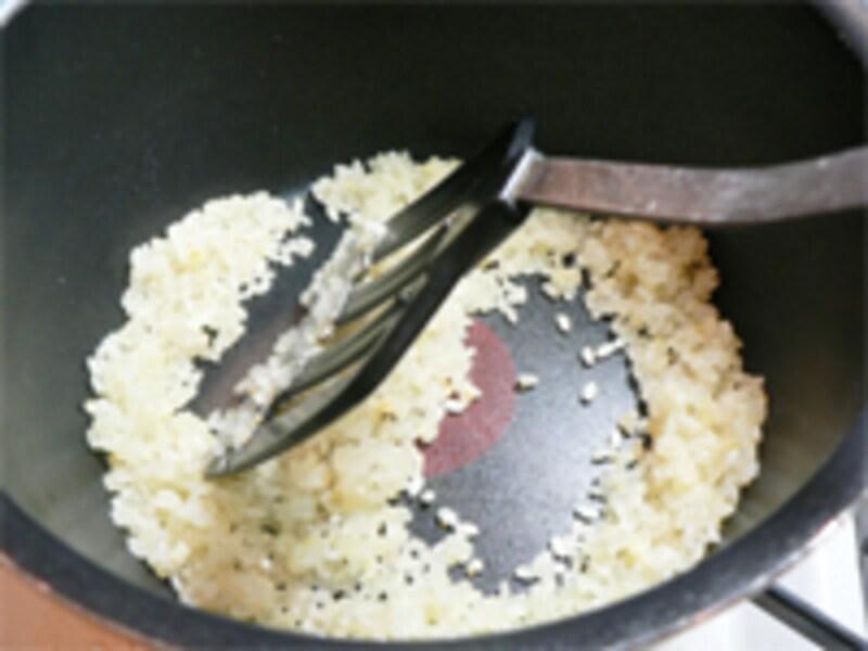 にんにくと生米を炒める