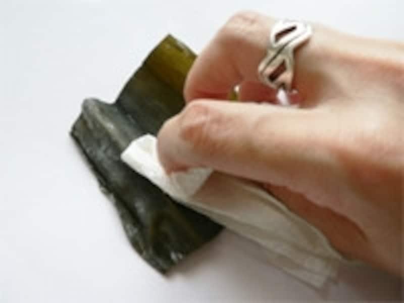 一番だしの取り方。手順1:昆布の表面を拭く