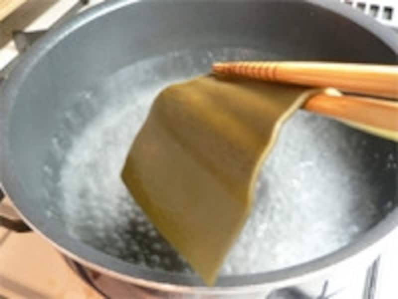 一番だしの取り方。手順3:鍋から昆布を取り出す