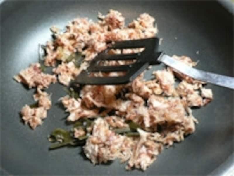 だしがらふりかけの作り方。手順2:フライパンで乾煎り、味をつけて炒める